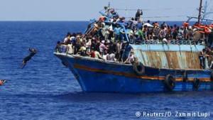 Wakimbizi wakiwa katika boti