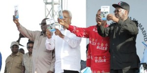 Wagombea wa UKAWA na Mwenyekiti wa UKAWA wakionyesha Kitabu chao cha Ilani ya Uchaguzi mwaka 2015